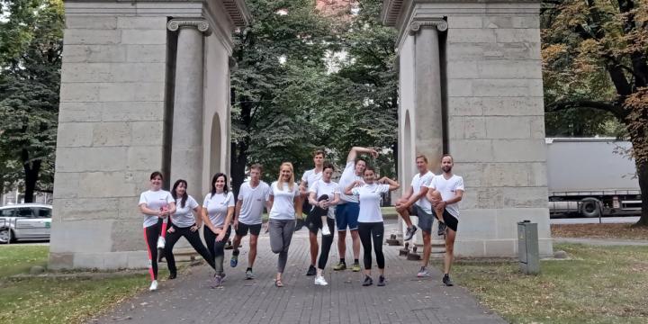 """VAS Elektroniskie sakari komanda Viestura parkā iesildās pirms Rimi Rīgas Maratona, kas šajā gadā norisināsies, dalībniekiem skrienot """"attālināti"""""""